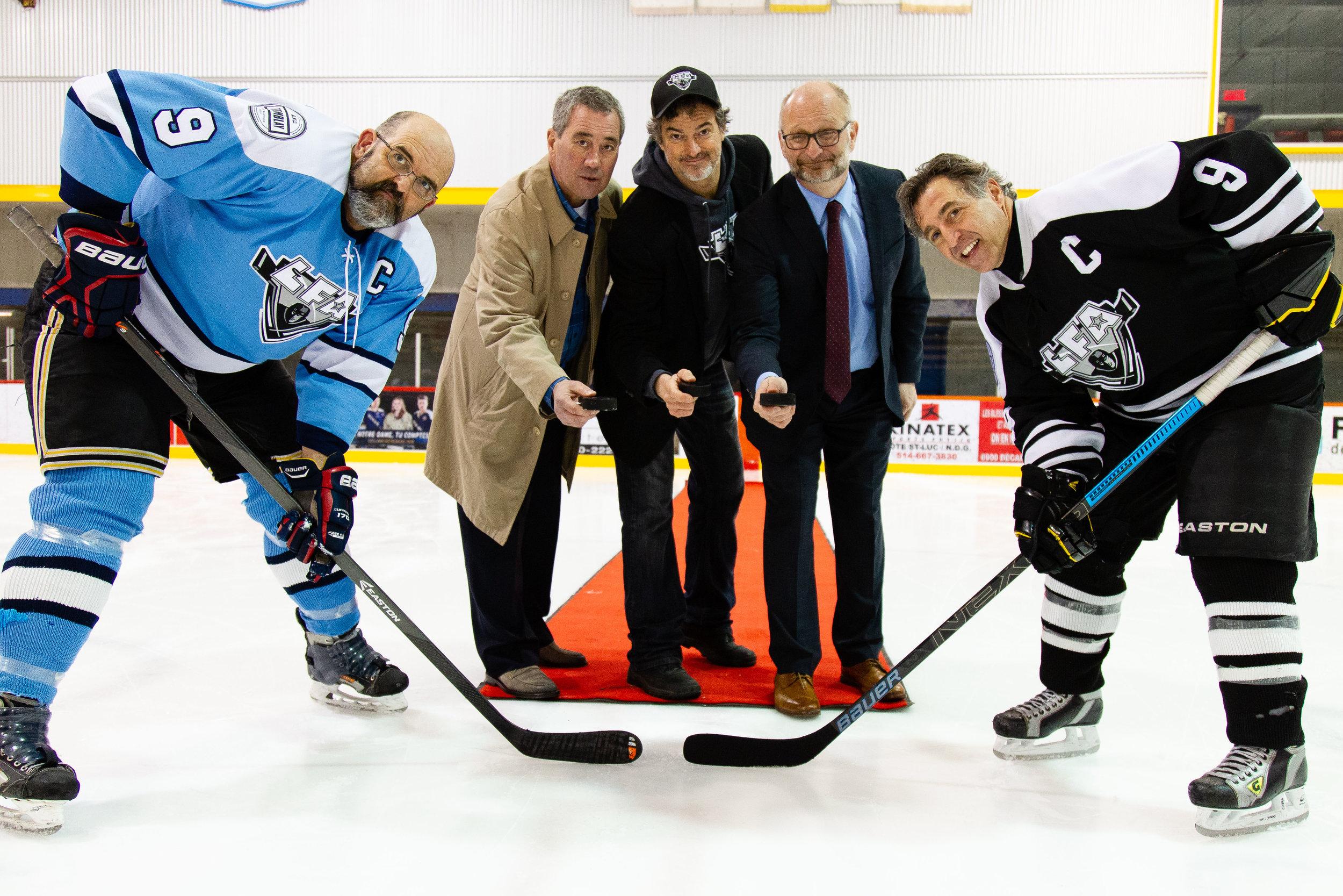 La mise au jeu protocolaire en compagnie des deux capitaines, le directeur du programme hockey SLAP de Jeunesse au Soleil, vinnie mateo, le pdg de la LFA et l'honorable David Lametti ministre de la justice du Canada et ancien membre actif de la LFA et du hockey brotherhood (photo joe monro)