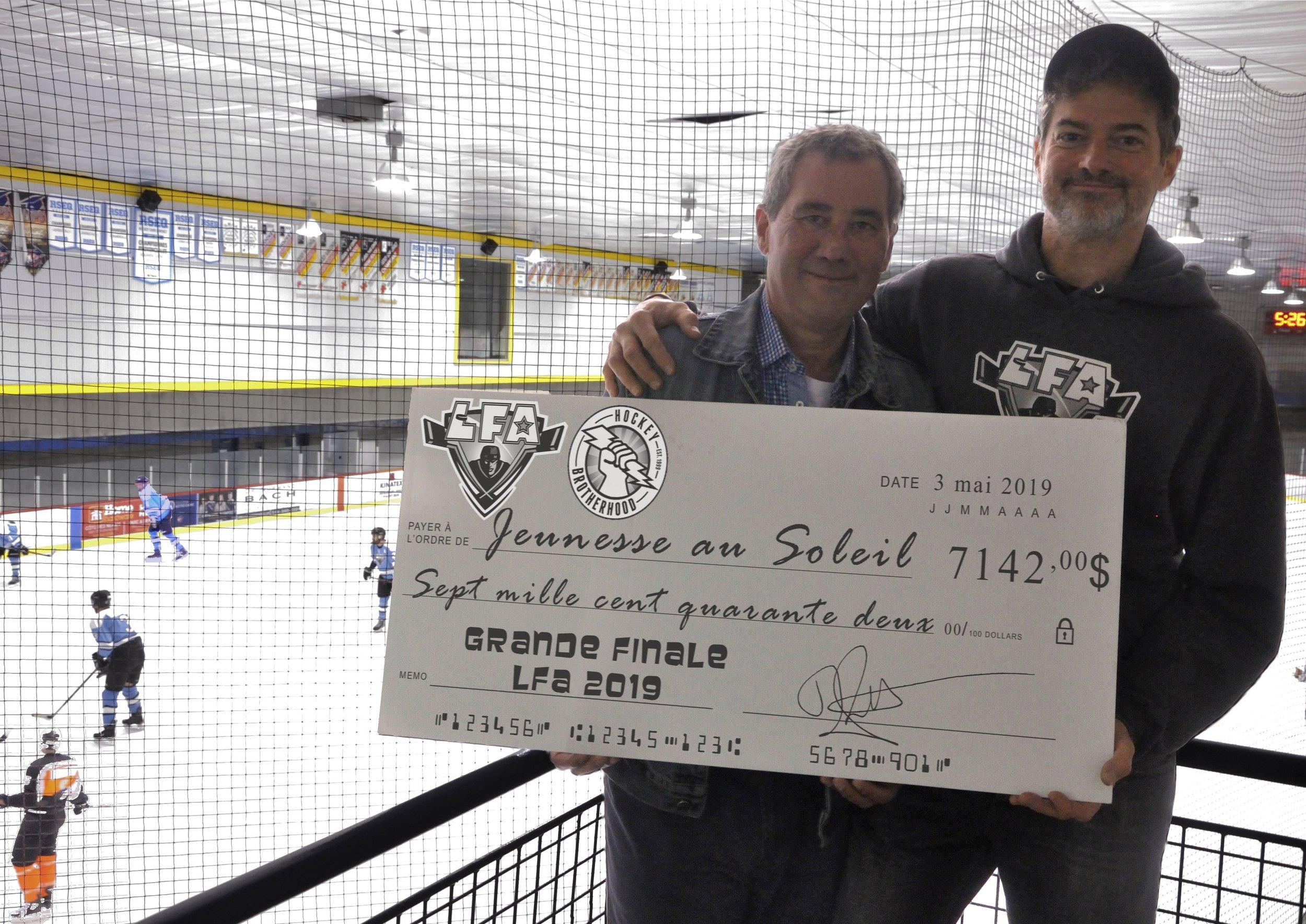 Vinnie Matteo le directeur du programme hockey SLAP de Jeunesse au Soleil en compagnie de Jean-François DesBois, PDG de la LFA et de l'Association du Hockey Brotherhood.