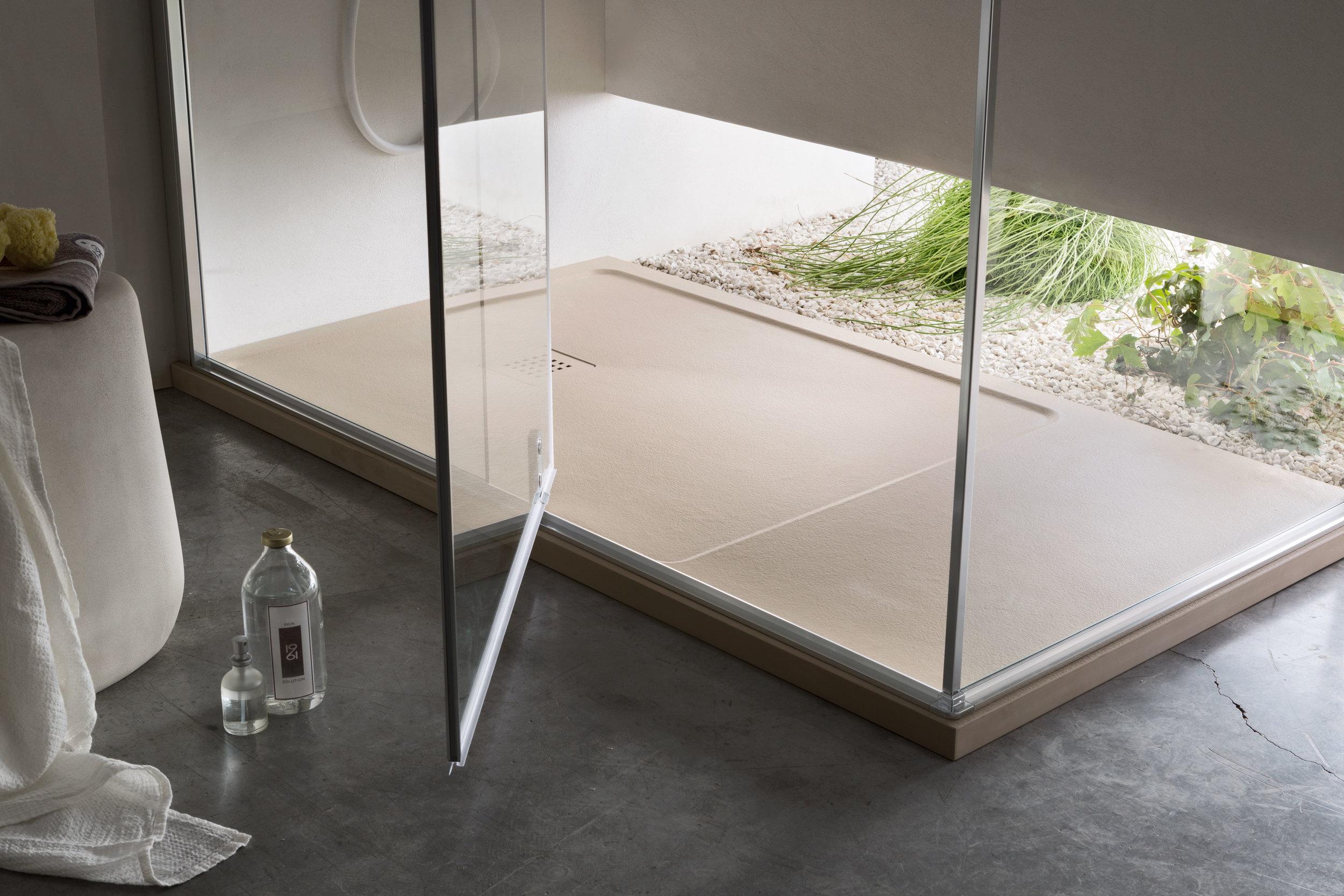 DUNA/SETA* - Finiture lisce o effetto pietra, con catino o senza, abbinabili ai piani top dell'arredo bagno e ai pannelli di rivestimento, per rispondere a tutte le esigenze.