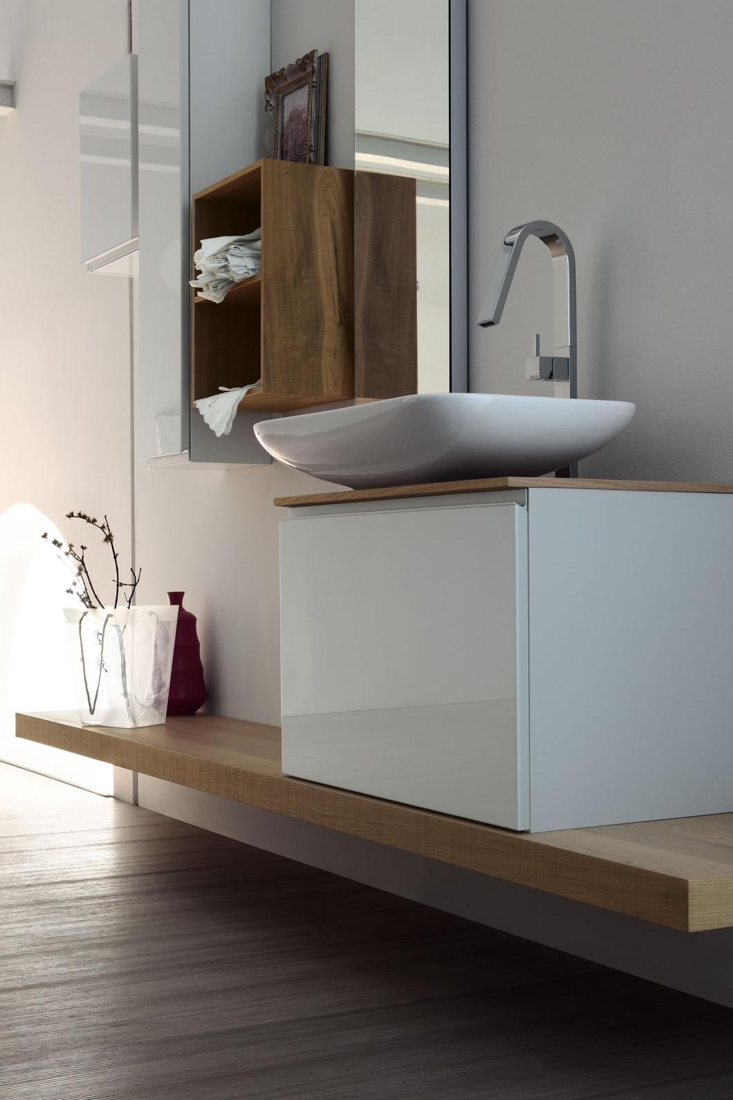 Top in legno - I top sospesi in essenza creano composizioni ispirate all'incontro naturale degli elementi. Il suo forte spessore equilibra la leggerezza dell'insieme.