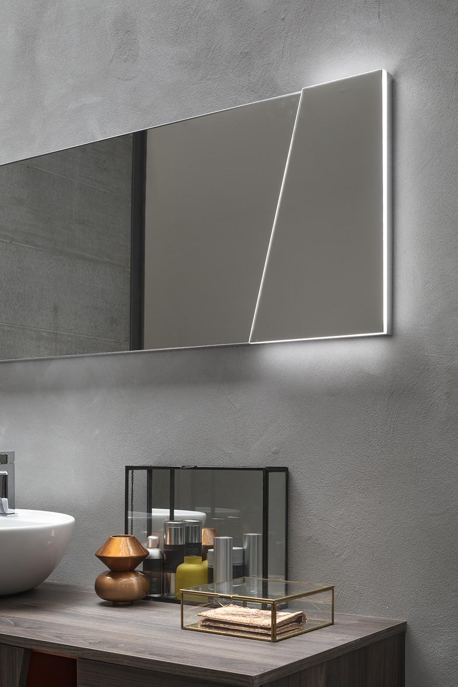 Specchiera Diagonal - La specchiera Diagonal riprende la linea obliqua delle basi, sottolineandola con una fascia led perimetrale. Per creare un effetto pendant con l'arredo.
