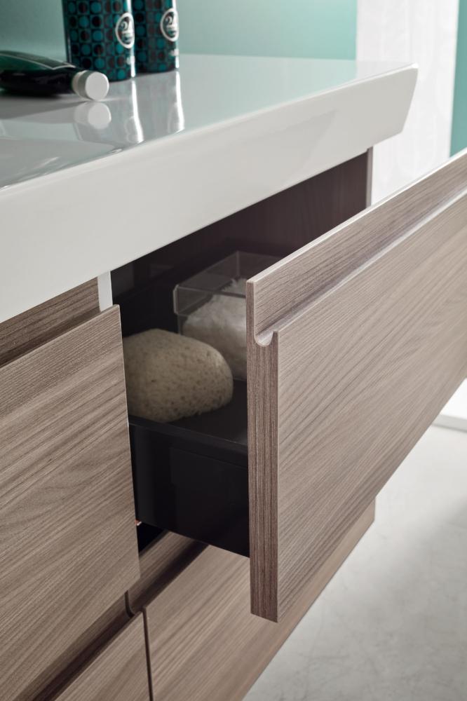 Maniglia a J - La maniglia integrata disegna i frontali con una linea morbida, ma soprattutto ergonomica, per composizioni eleganti e pratiche.