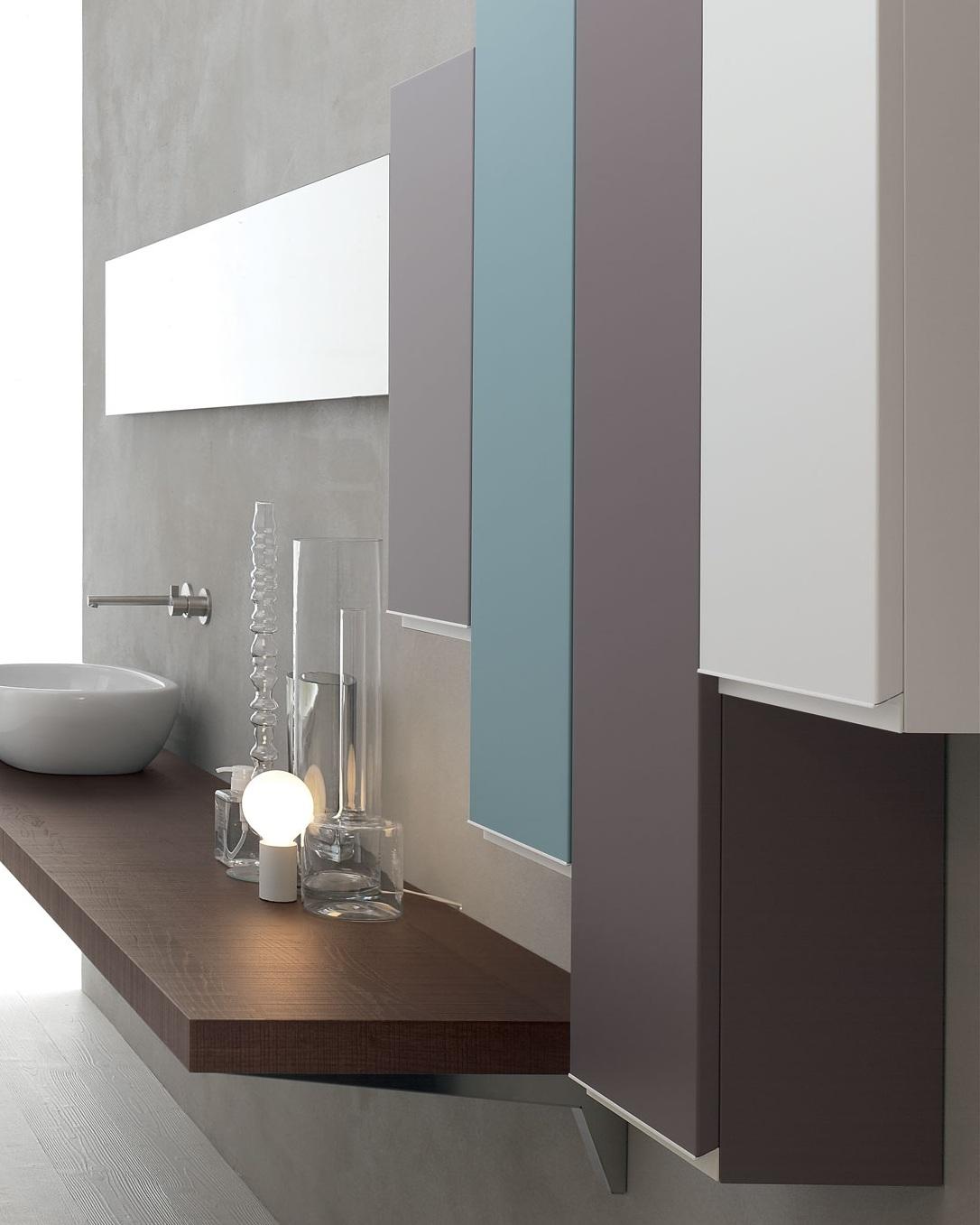 Pensili - L'uso dei pensili dà all'ambiente una piena vivibilità. Le pareti si colorano, entrano nel gioco dell'arredo e diventano funzionali.