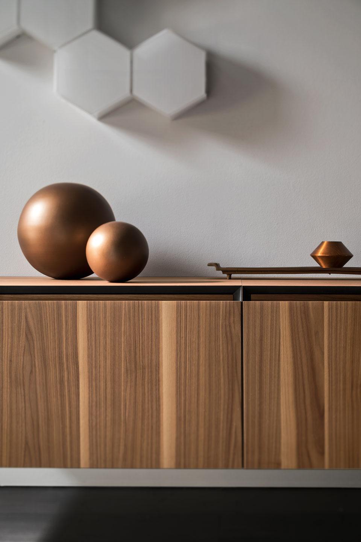 Apertura minimal - L'arredo bagno diventa minimal, grazie alla scocca piegata in folding che azzera lo spessore del top, e consente di avere un'apertura pratica ed elegante