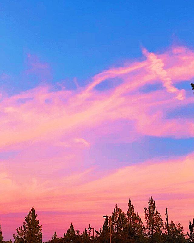 Beauty ⠀ ⠀ ⠀ ⠀ ⠀ #sunset_madness_ #naturebeautiful #pnwsky #minimalists #traveloregon #centraloregon