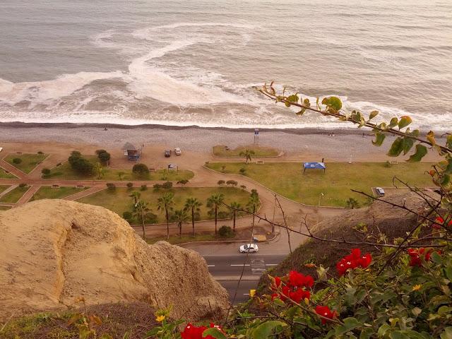 Falésias na beira do mar
