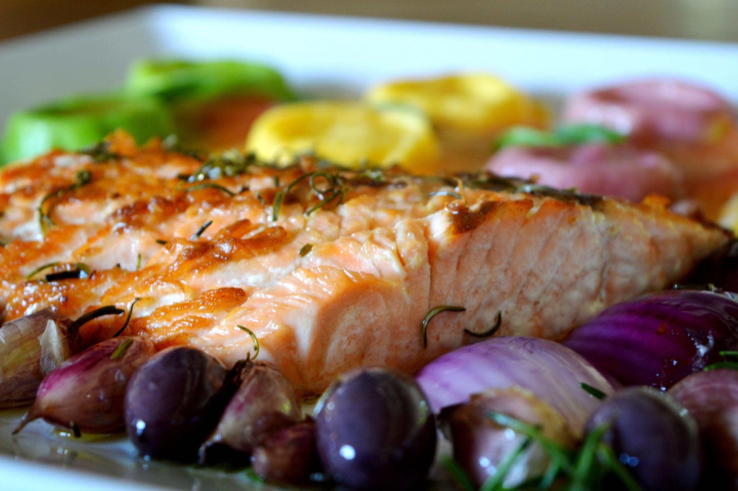 Salmão à moda do Chef, servido com tomate-cereja, alho confit, cebola roxa, azeitonas  chilenas e especiarias (2).jpg