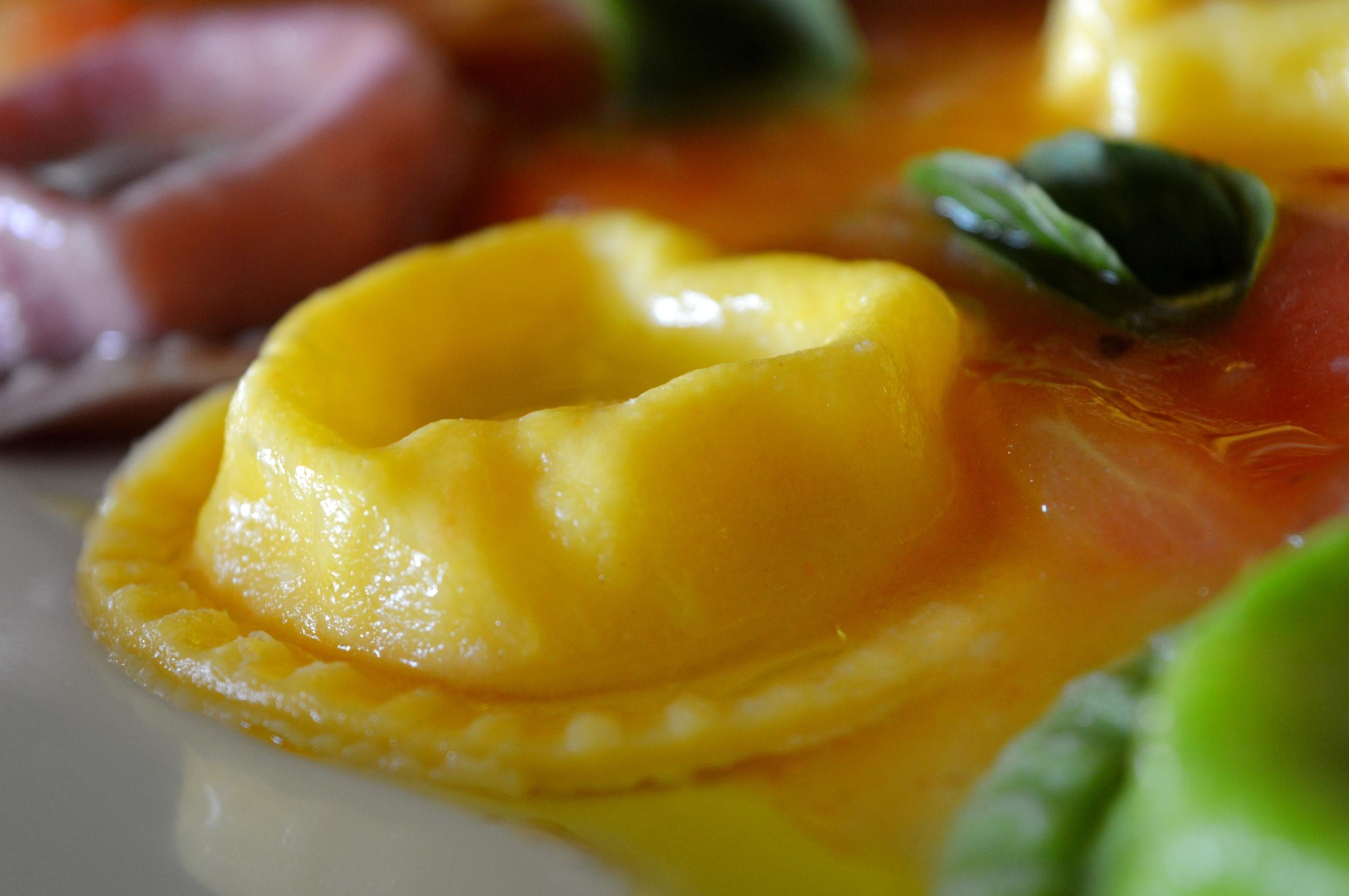 Sorrentino com recheio de muçarela de búfala e molho de tomates frescos (1).jpg