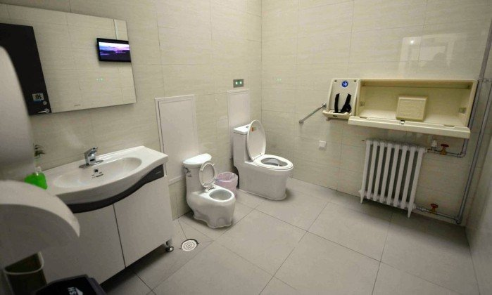 x73194588_FILES-This-picture-taken-on-November-19-2015-shows-the-first-public-toilet-equipped-with-Wi.jpg.pagespeed.ic.QoPSX187f5.jpg