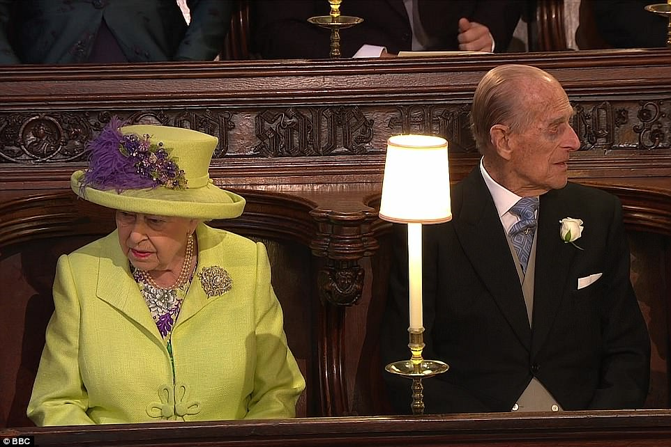 4C6D57FB00000578-5747477-The_Queen_sat_next_to_her_husband_Prince_Philip_today_at_St_Geor-a-338_1526736054865.jpg