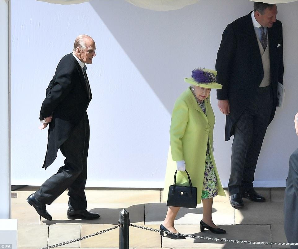 4C6DE77C00000578-5747477-Queen_Elizabeth_II_and_the_Duke_of_Cambridge_arrive_ahead_of_the-a-524_1526738086162.jpg
