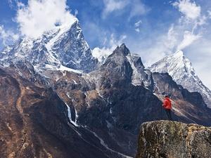 mulher-olhando-para-as-montanhas-no-parque-nacional-do-monte-everest-nepal-1543434802627_v2_300x225.jpg