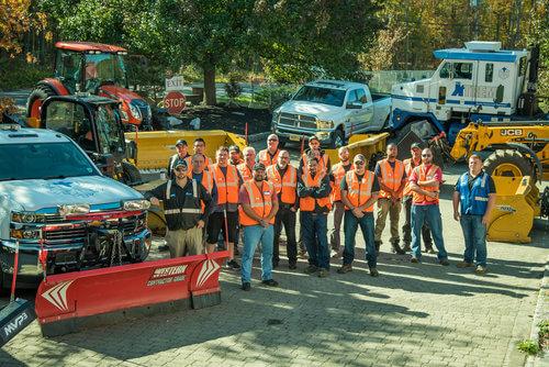 Pracownicy Xtreme Snow Pros stojący w grupie z założonymi kamizelkami