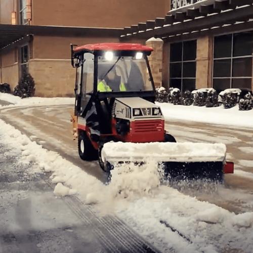 Ventrac usuwa śnieg z chodnika z członkiem zespołu Xtreme