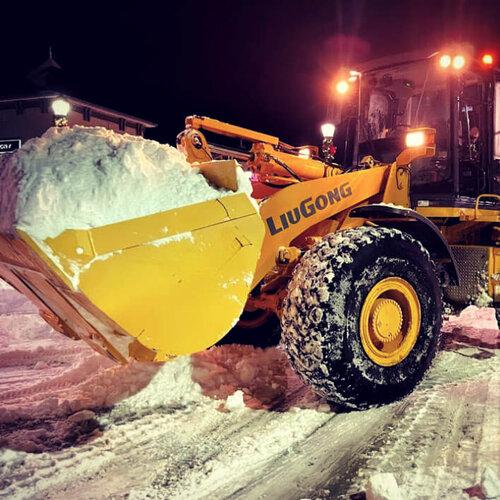 Odśnieżanie za pomocą ładowarki kołowej LiuGong i pełnej łyżki śniegu