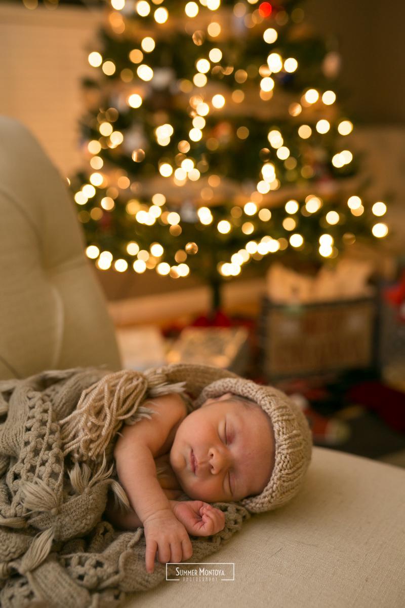sleeping-newborn-with-christmas-tree