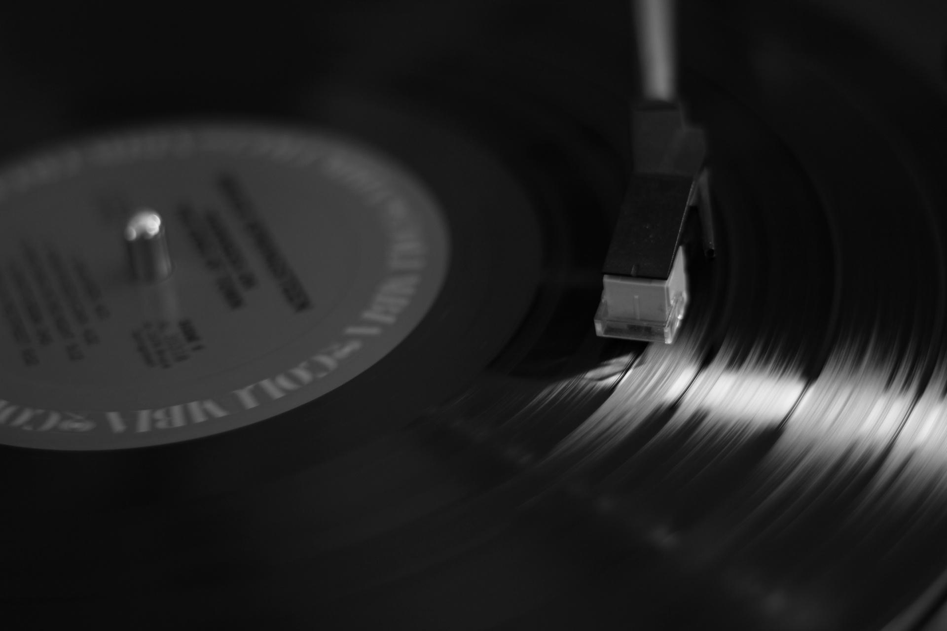 disque-vinyl-fond-noir.jpg