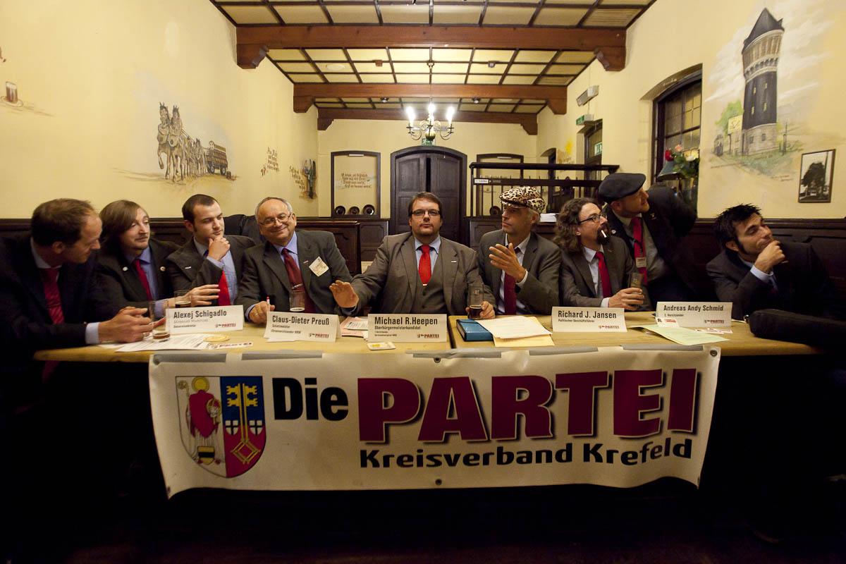 Kommunalwahlkampf 2015 in Krefeld: Der Oberbürgermeisterkandidat Heepen neben dem Ratsherren Preuss