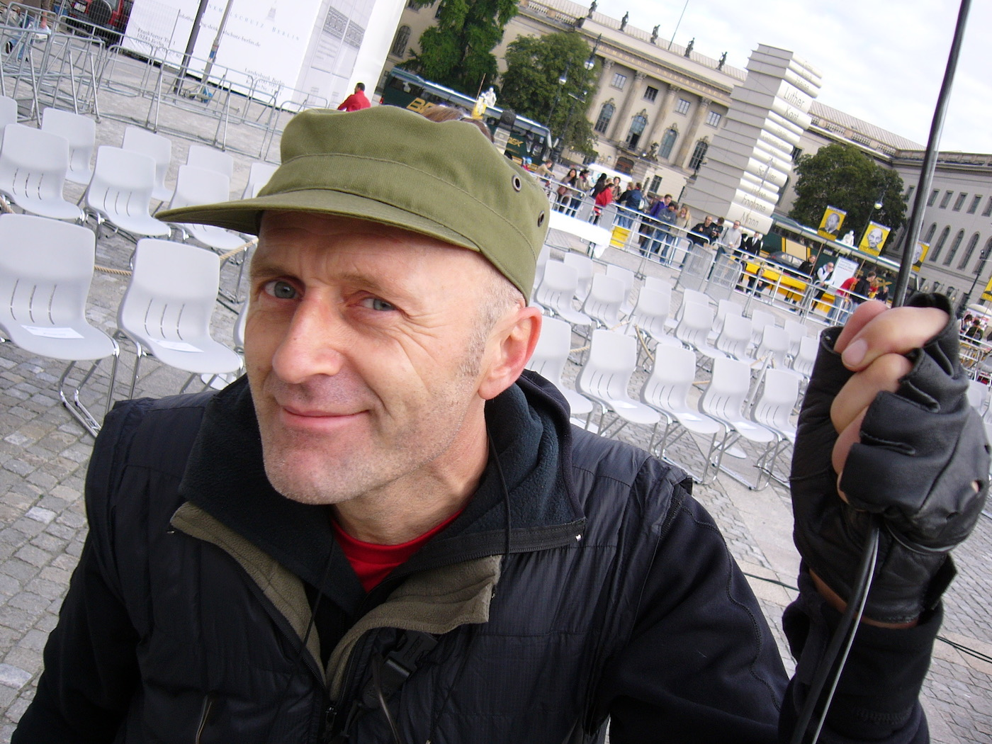 mark_benecke_dropping_knowledge_berlin_bebelplatz_opernplatz_unter_den_linden_table_of_free_voices - 21.jpg