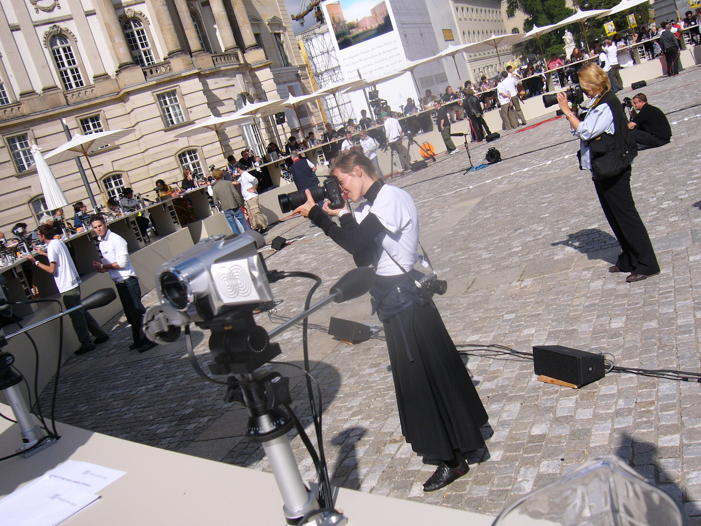 mark_benecke_dropping_knowledge_berlin_bebelplatz_opernplatz_unter_den_linden_table_of_free_voices - 35.jpg