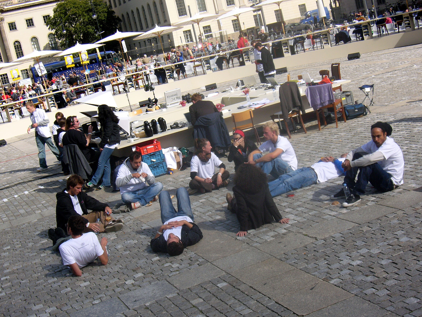 mark_benecke_dropping_knowledge_berlin_bebelplatz_opernplatz_unter_den_linden_table_of_free_voices - 34.jpg