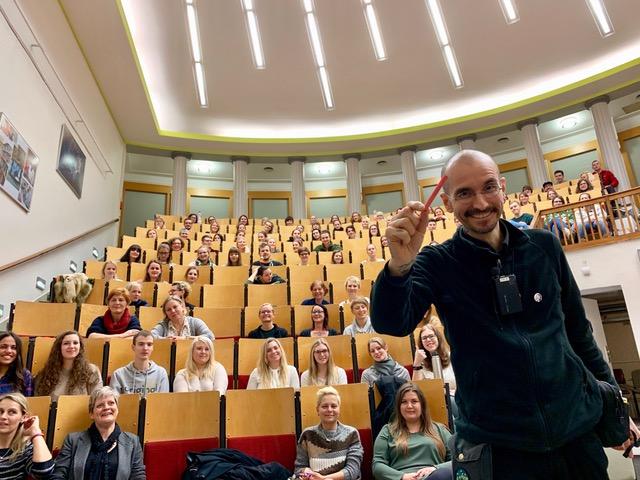 Der Kriminalbiologe Dr. Mark Benecke im Hörsaal. Foto: Ines Benecke