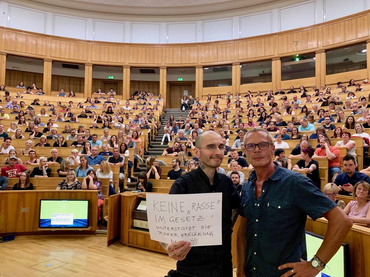 Kriminalbiologe Dr. Mark Benecke bei einem kriminalbiologischen Vortrag in einem Hörsaal der Universität Jena, September 2019
