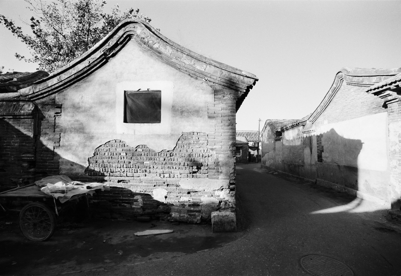 Hutong whose name has been forgotten (1989) | Courtesy of Hua Gallery