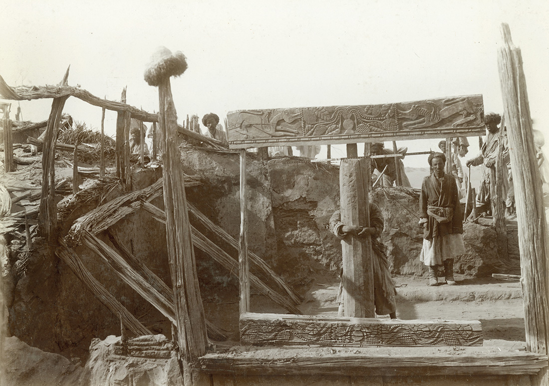 Niya, excavations at farmstead N.XXVI, showing carved roof beam (now in New Delhi), October 1906. Photo 392/27(89) © British Library