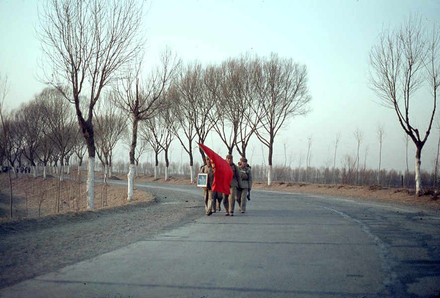 "The ""long walks"" of the red guards on the road from Tianjin to Pekin. © Solange Brand."