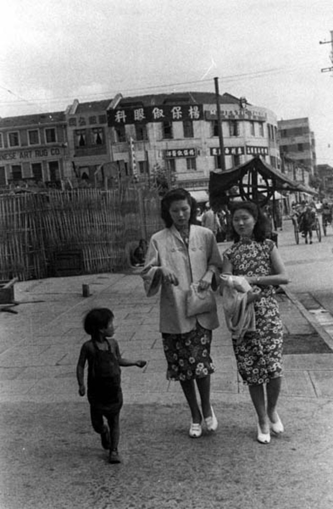 Young ladies and a child beggar, 1949. Image courtesy of the Institut d'Asie Orientale and Virtual Shanghai