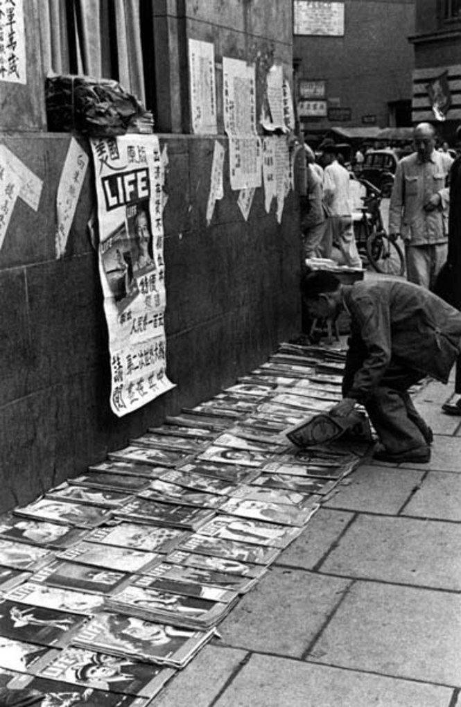 Selling magazines, 1949. Image courtesy of the Institut d'Asie Orientale and Virtual Shanghai