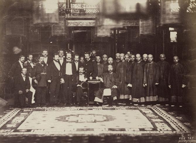 liang-shitai-1870s-group-portrait-2-photographyofchina.jpg