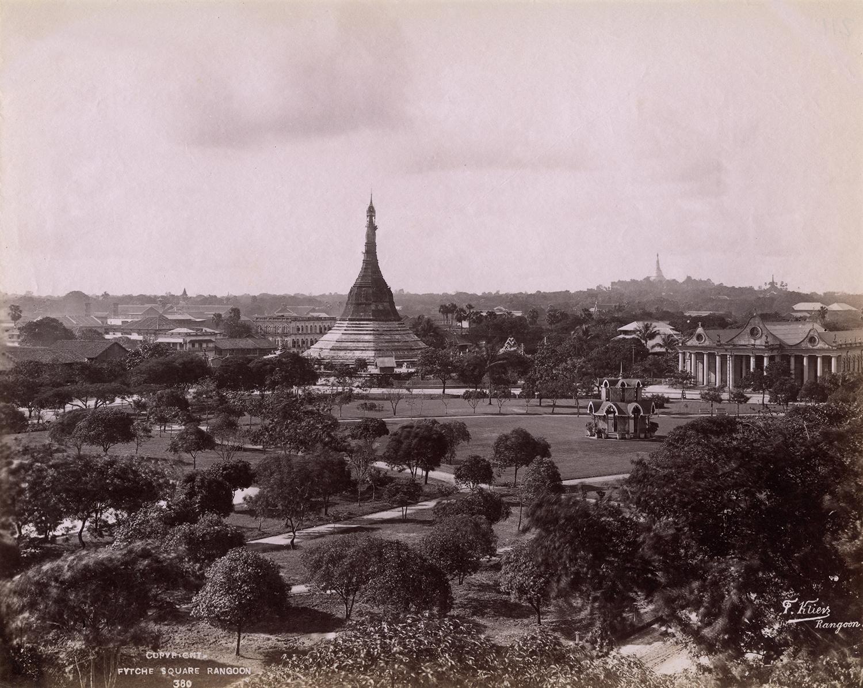 Philip Adolphe Klier (actif en Birmanie de 1871 à 1911) Inscription dans la photographie : Copyright. Fytche square Rangoon 380 P. Klier Rangoon (Fytche Square [actuel Mahabandoola], Yangon) Épreuve à l'albumine sur papier, image : 204 ´256 mm Don de J. et M.Cazamian à la mémoire d'André Cazamian (1875-1944), 1993, AP10403 © Musée Guimet, Paris (dist. RMN-GP) / image MNAAG