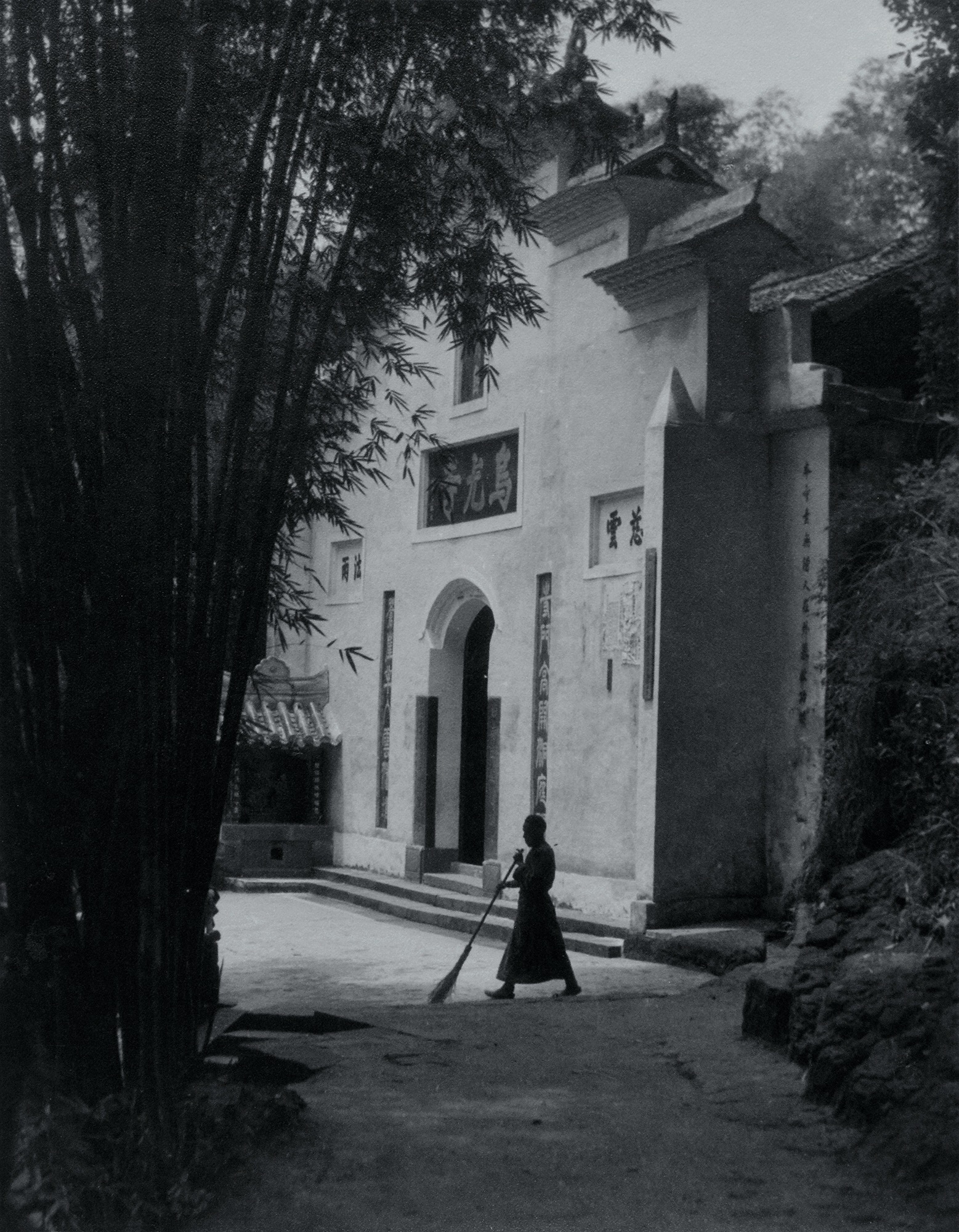Lang Jingshan, Temple Sweeper, Leshan of Sichuan Province, 1939, printed in Taiwan on fine heavy paper by Lang Jingshan, early 1950s, 22.3x17.3 cm, courtesy of Huang Jianpeng Gallery 黄建鹏画廊