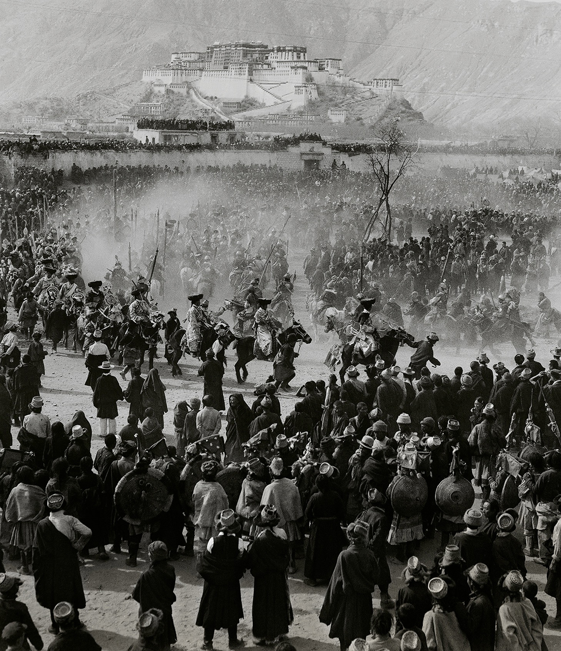 Lan Zhigui, The Happy Festival of Lhasa, Lhasa, 1958, 50.8×40.8cm, courtesy of Huang Jianpeng Gallery 黄建鹏画廊