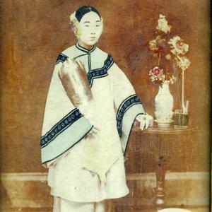 wang-qiuhang-collecting-women-nineteenth-twentieth-centuries-photography-of-china-002-400.jpg