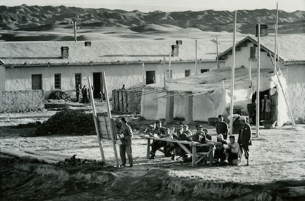Outdoor class, seen from train, going west to Yumen,Kansu, 1956 | Courtesy of Tom Hutchins Images Ltd., New Zealand