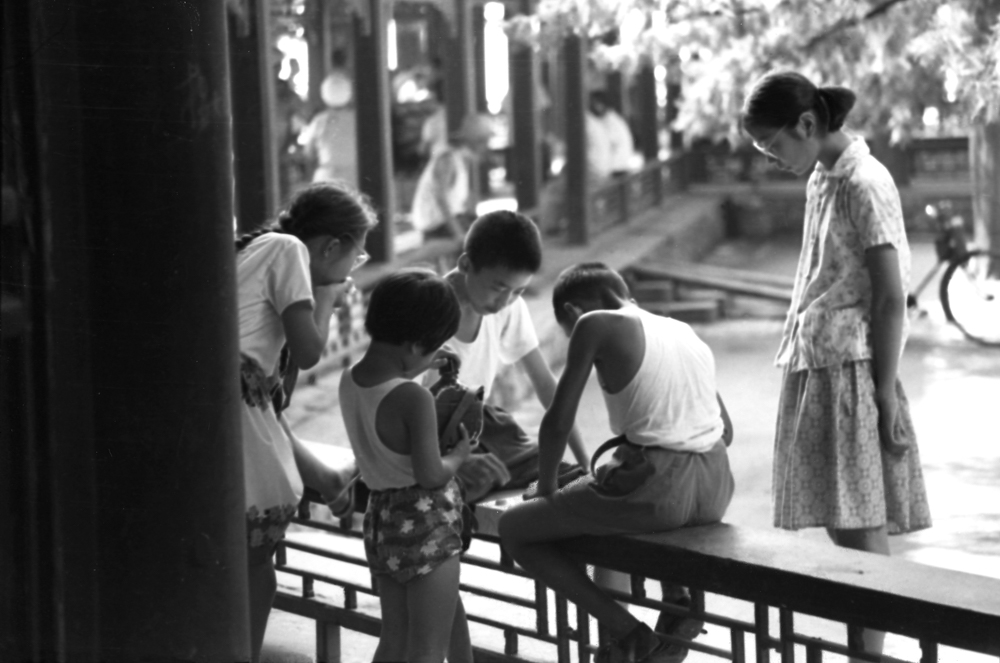 In 1975, Watching the Game of Chess in Beijing. 37×55.9cm