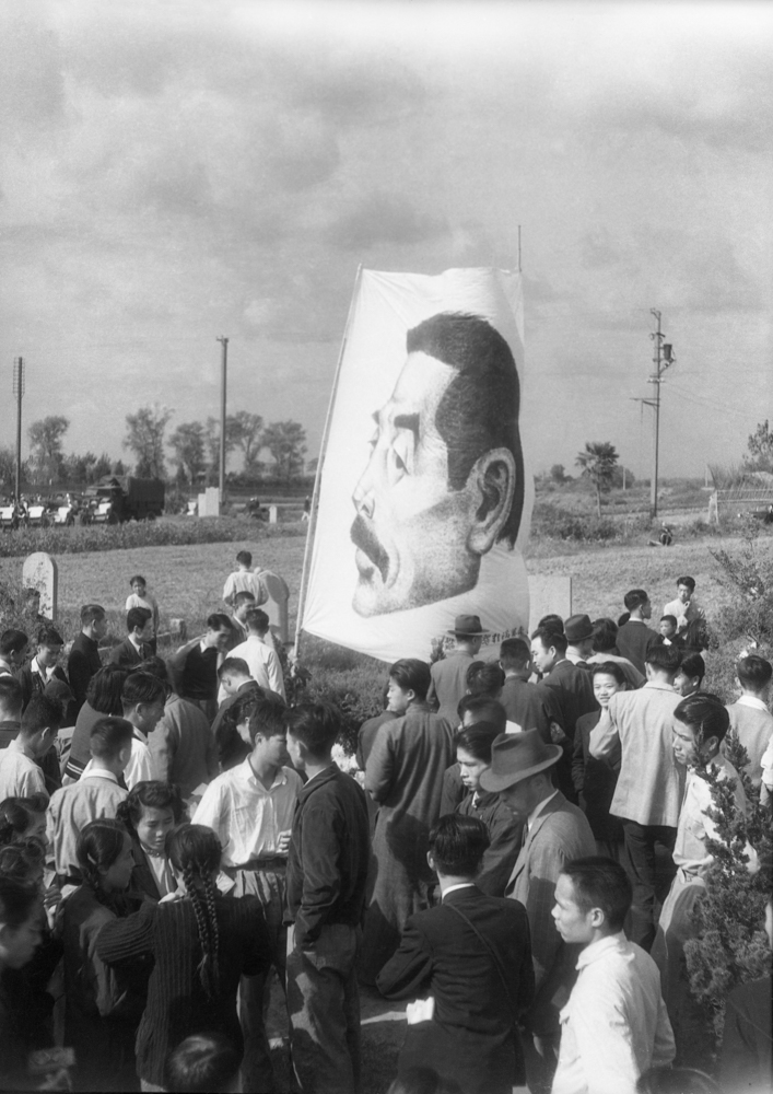 In 1946, the public gathered in the Cemetery of the World in Shanghai to commemorate the 10th anniversary of the death of Lu Xun. 55×45.1cm
