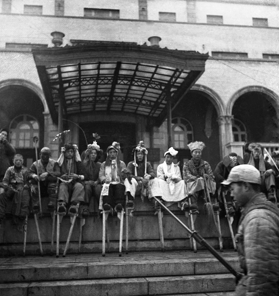 In 1949, the Stilts Team resting in front of the railway hotel in Shenyang. 46.2×45.4cm