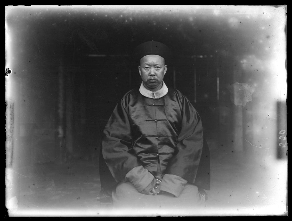 [Chine. Province du Xinjiang, Région de Wulumuqi], Tsim ça [Qitai], portrait du mandarin Mission : Mission Paul PELLIOT 1906-1908, itinéraire Charles NOUETTE  © MNAAG