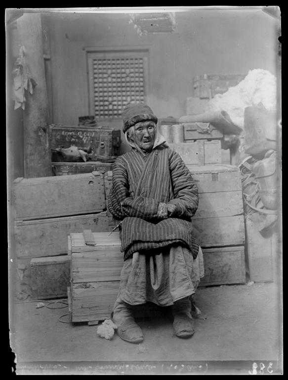 [Chine. Province du Xinjiang], Koutchar [Kuche], vieille femme musulmane de 104 ans. Mission : Mission Paul PELLIOT 1906-1908  © MNAAG