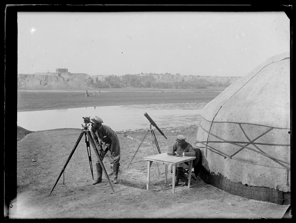 [Chine. Province du Xinjiang], Kachgar [Kashi], le docteur Vaillant observe, M. Nouette écrit. Mission : Mission Paul PELLIOT 1906-1908  © MNAAG