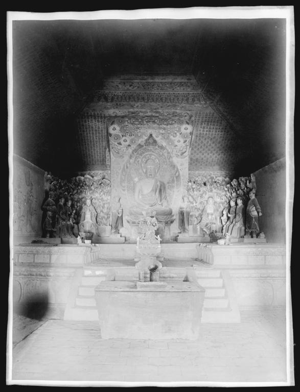 [Chine. Province du Gansu], Touen-houang [Dunhuang], grotte 1, autel du fond, peintures anciennes, statues refaites. Mission : Mission Paul PELLIOT 1906-1908 © MNAAG