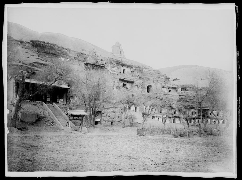 [Chine. Province du Gansu], Touen-houang [Dunhuang], vue extérieure des grottes 1 à 40. Mission : Mission Paul PELLIOT 1906-1908  © MNAAG