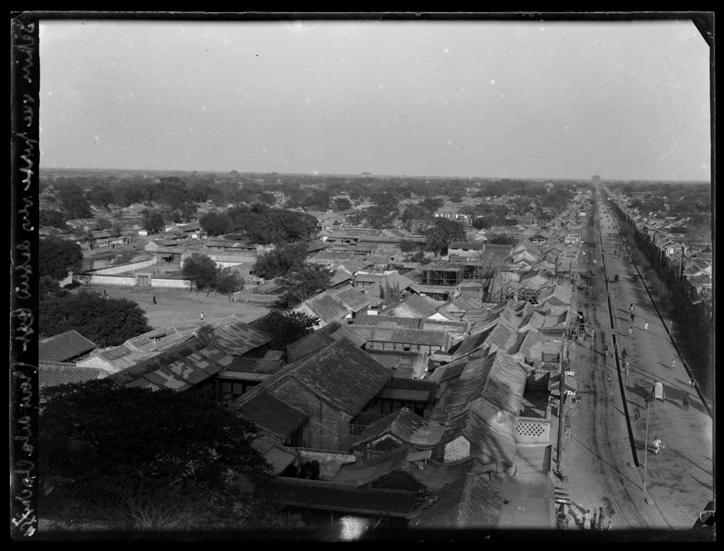 [Chine]. Peking [Beijing], vue prise vers le sud-est de la tour de la Cloche [Zhonglou]. Mission : Mission Paul PELLIOT 1906-1908 © MNAAG