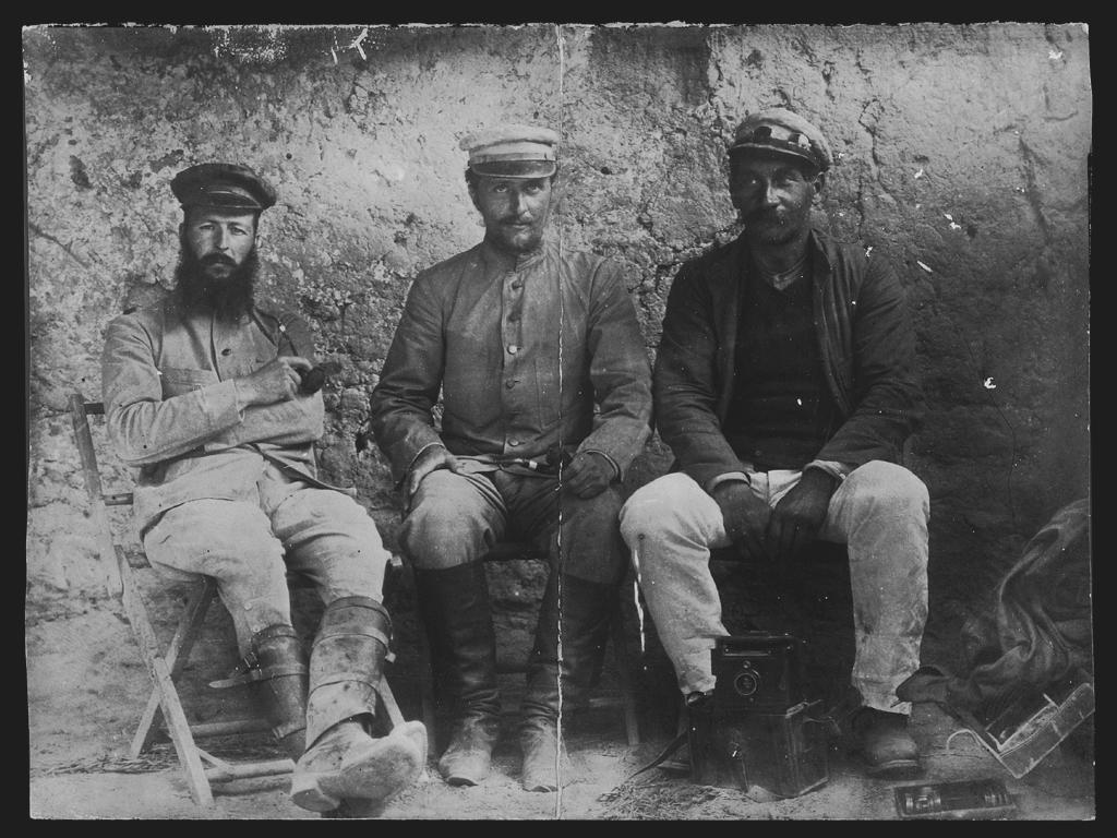 [Chine. Province du Xinjiang, Kuche, de gauche à droite: Louis Vaillant, Paul Pelliot et Charles Nouette]. Mission : Mission Paul PELLIOT 1906-1908 © MNAAG