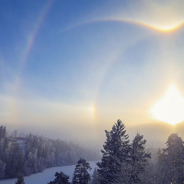 Incredible sun halo today - If you look closely around the edges of the picture, you can see the ice crystals sparkling in the air... ❄️❄️❄️ #sunhalo #sundog #wintersun #solhund #asker #visitnorway #photooftheday #vintersol #atmosphericphenomenon