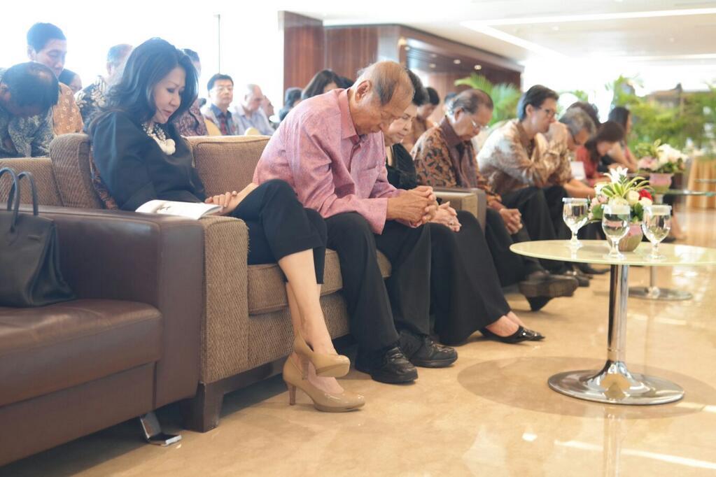Pak Ci, keluarga, sahabat, kolega, karywan berdoa di hari ulang tahun Pak Ci yang ke-82.jpg